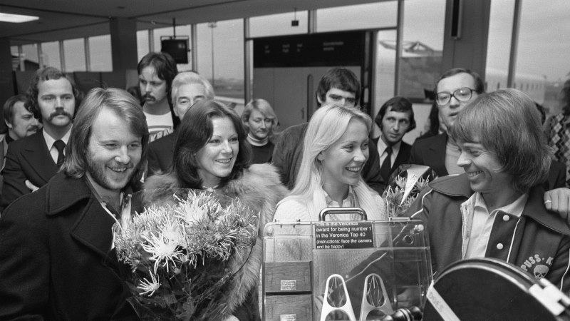 Popgruppen Abba på en flygplats tillsammans med en folkmassa