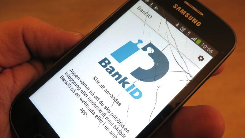 Bild på mobiltelefon med öppen bank-id app.