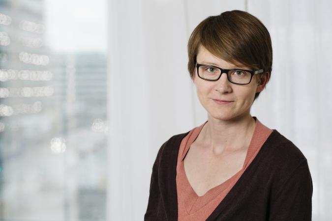 AnnaSara Carnahan, Folkhälsomyndigheten. Bild på mörkhårig kvinna med kort hår och glasögon.
