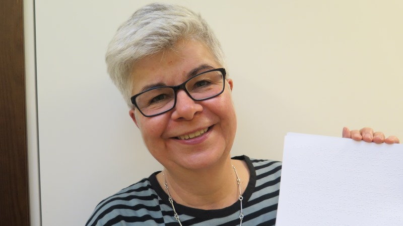 Marika Sventelius håller upp ett dokument i punkt.