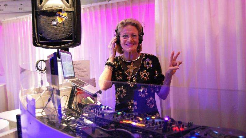Gloria i DJ-båset.