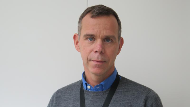 Clas Lundstedt har en blå skjorta under en grå tröja.