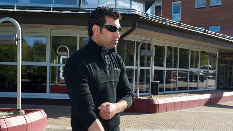 En man med svart tröja och solglasögon.