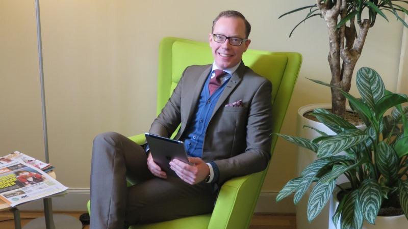 Daniel Forslund har kort blont hår, glasögon och är klädd i kostym.