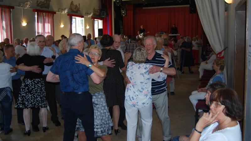 Dansande par i en stor sal