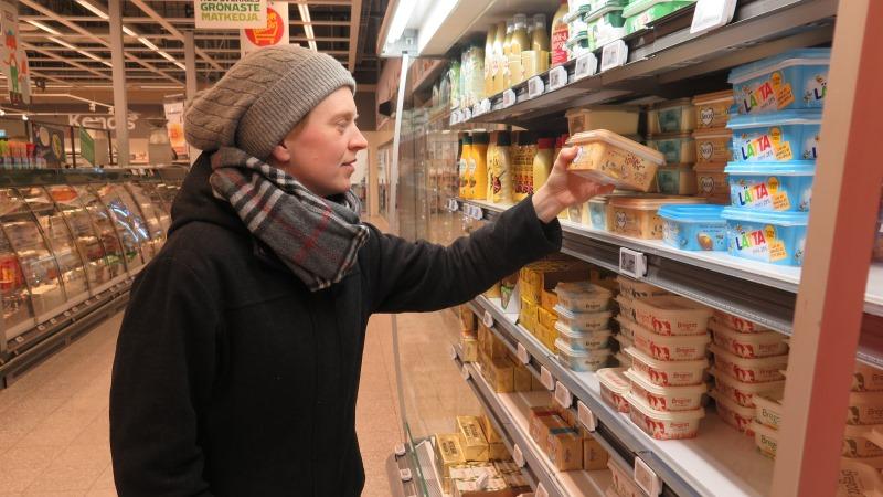Kvinna med mössa i butik