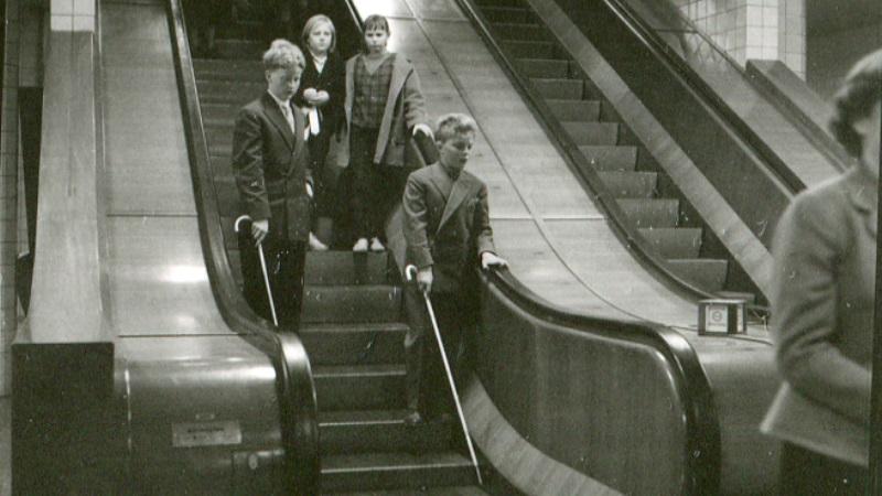 Elever från Blindinstitutet, som tränar käpptekni i Stockholms city 1953.k