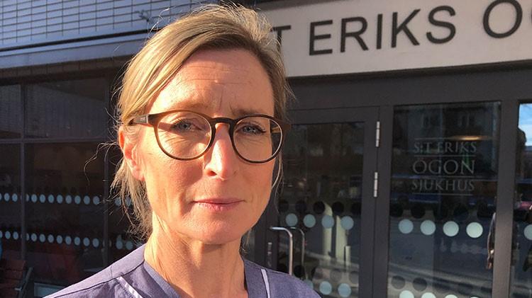 Foto närbild, blond kvinna med uppsatt hår, S:T Eriks sjukhus i bakgrund
