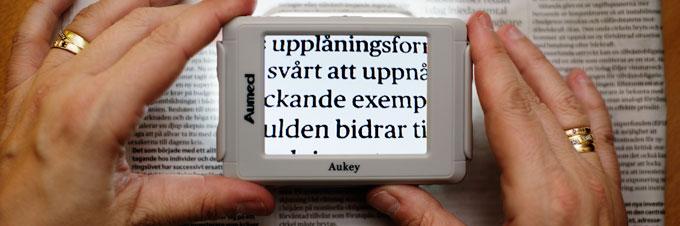 Text genom förstoringsglas.