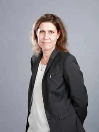 Ulrika Björnberg på Försäkringskassan har halvlångt mörkt hår och är klädd i svart kavaj och vit topp.