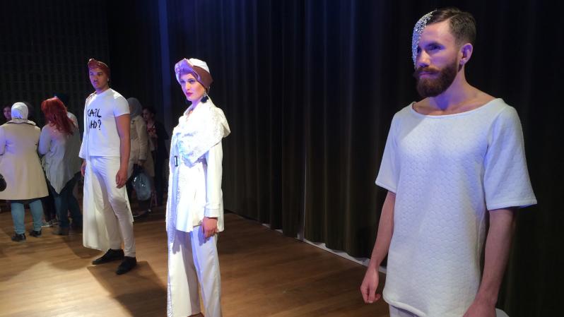 Modeller helt klädda i vitt.