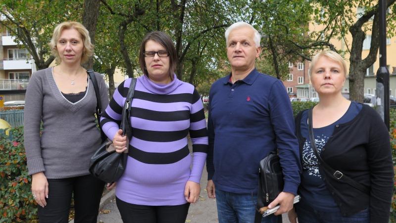 Fyra personer från Sarajevoprojektet poserar utanför SRF Stockholms och Gotlands läns kansli.
