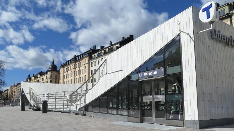 Byggnaden som är vit med stora glaspartier.