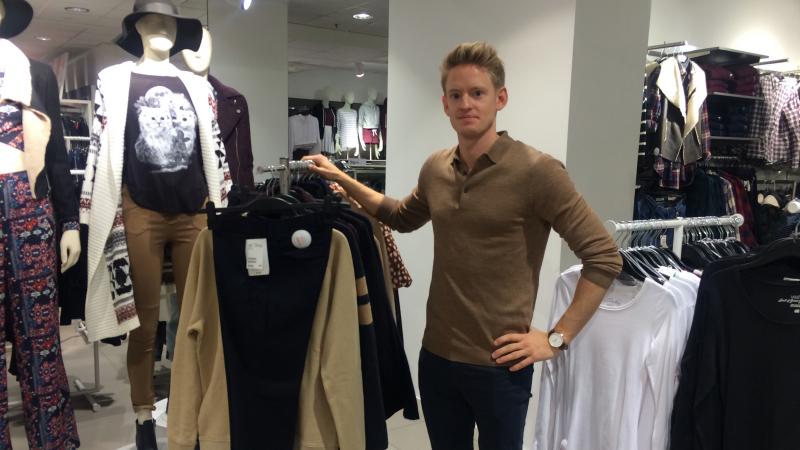 En man står vid en klädhäst.