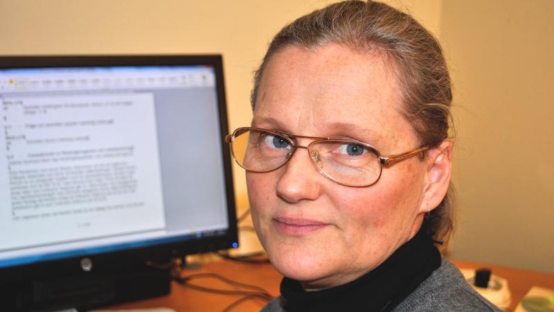 Jeanna Bystrand, chef för SRF-distriktet, i närbild framför datorn.