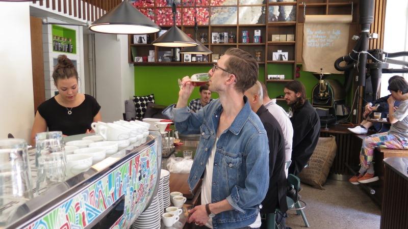 Oskar Garberg dricker kallbryggt kaffe i vinglas på Johan & Nyström