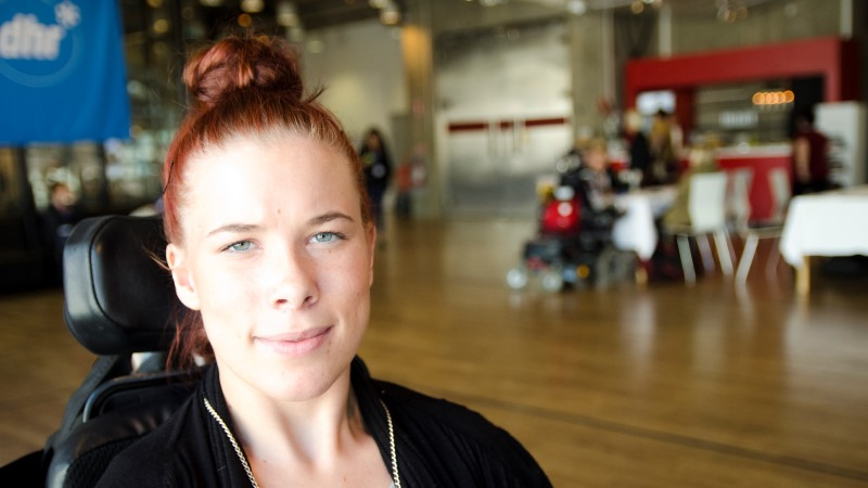 Johanna Andersson har rött hår och sitter i en rullstol. Foto: Albert Martinsson, SHT.