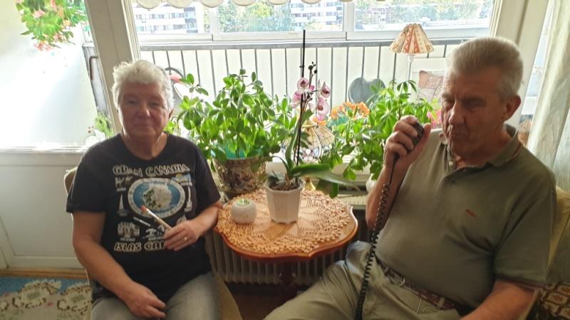 En man och kvinna sitter vid ett litet bord. De sitter vid balkongfönstret.