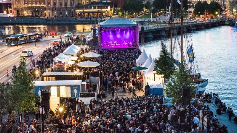 En av Kulturfestivalens scener på Skeppbron intill vattnet med publikhav framför