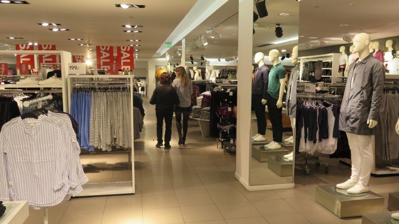Kund med vit käpp ledsagas av stylist på H&M