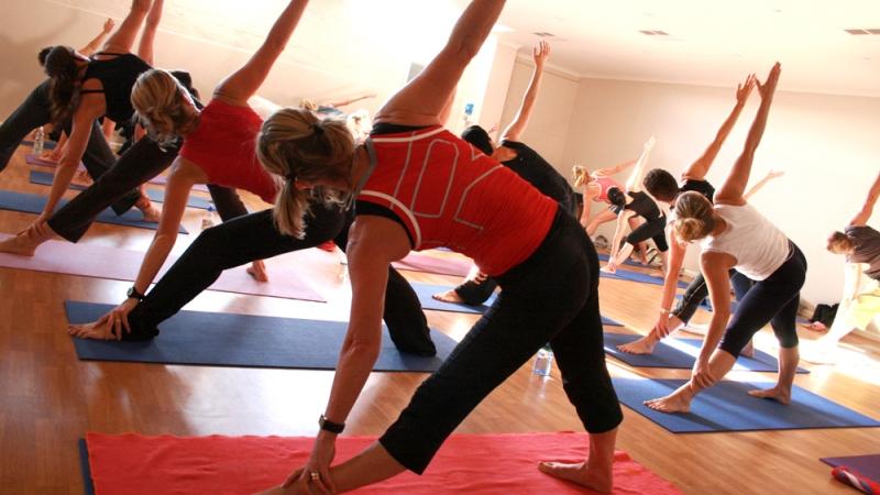 Människor som gör yogaövningar.