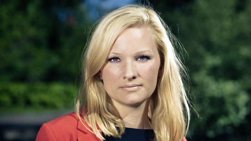 Louise Hagsten har ljust hår och en röd kavaj.