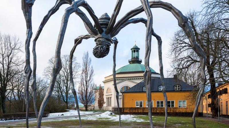 Enorm skulptur föreställande en spindel.