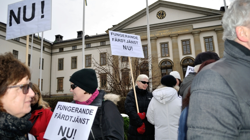 Demonstranter utanför landstingshuset.