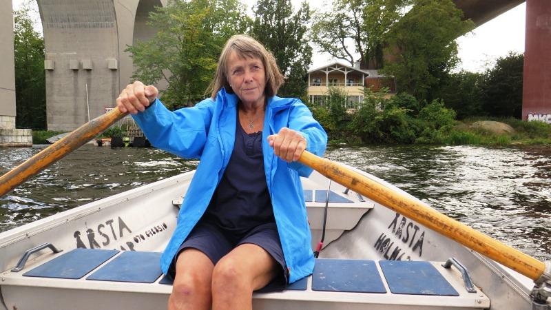 Kvinna i roddbåt
