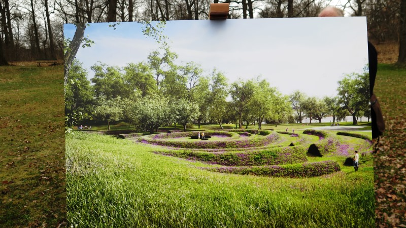 Teckning av minnesplatsen på staffli i den skogsdunge där minnesplatsen ska uppföras.