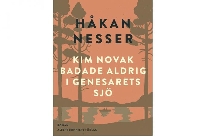 Omslag från Albert Bonniers förlag till romanen Kim Novak badade aldrig i Genesarets sjö. Brundtonad bild på roddbåt i skogsomgärdad sjö.