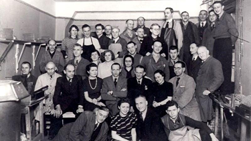 svartvit foto 1940-tal. Otto Weidt och hans personal i fabriken.