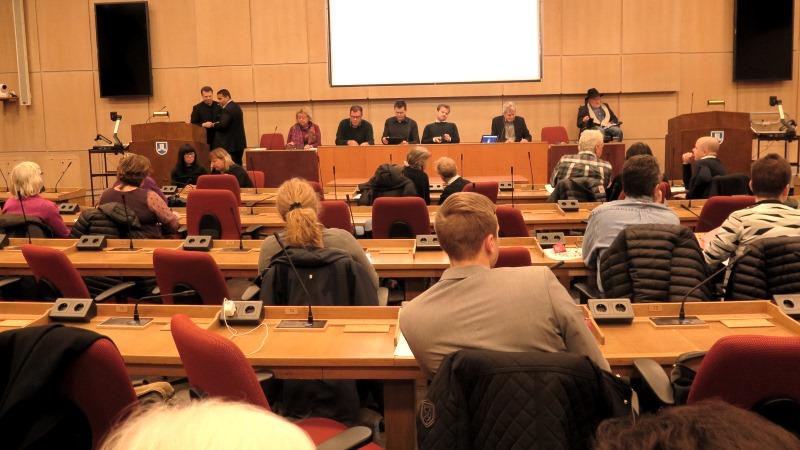 Publik framför podium med politiker i landstingssalen
