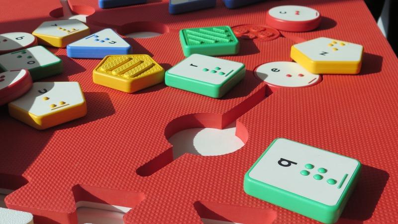 Färgglatt spel med brickor med punktskrift.