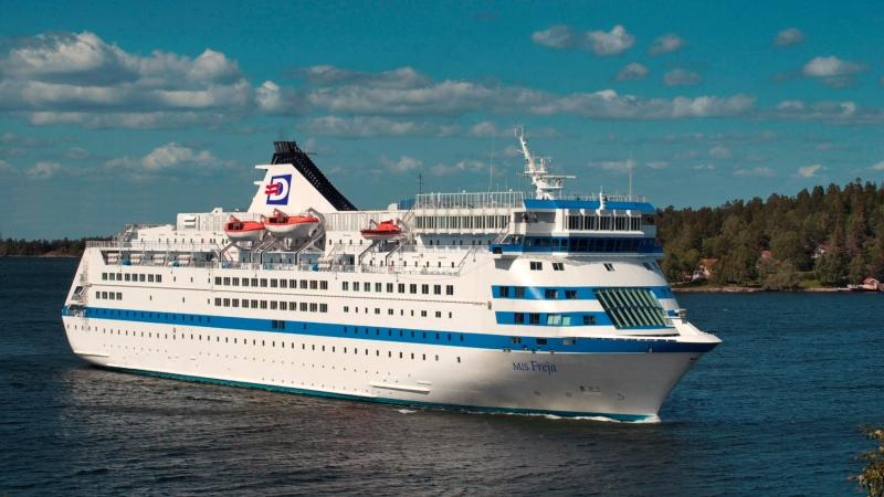 """En vitt kryssningsfartyg modell Finlandsfärja med en blå rand runt om på mitten. Från SVT:s """"Rederiet"""", bild på M/S Freja. Foto: Carl Johan Söder"""