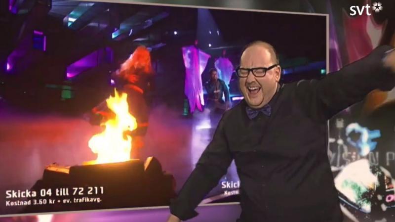 Skärmbild av Tommy som står framför en skärm och teckentolkar.