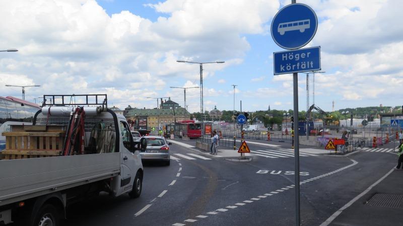 Nya tillfälliga ombyggnaden på Södermalmstorg med byggarbetsplats i bakgrunden