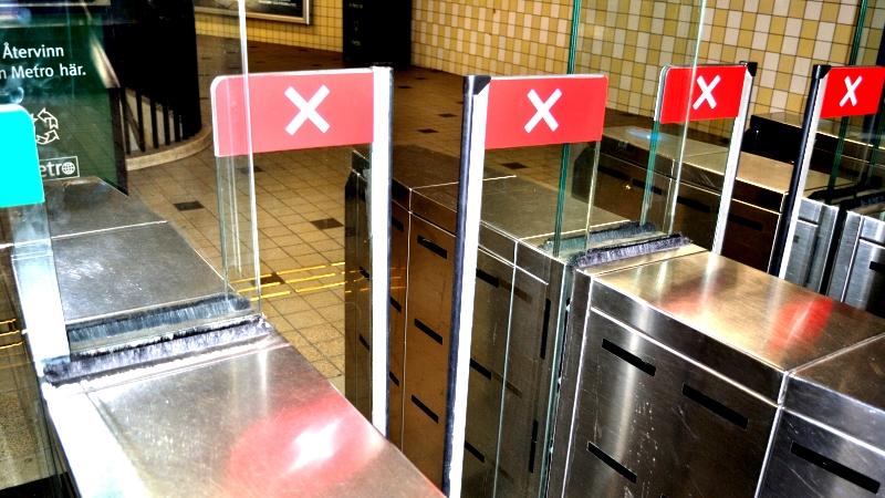 Tunnelbanespärrar med röd symbol, som betyder ingen inpassering.