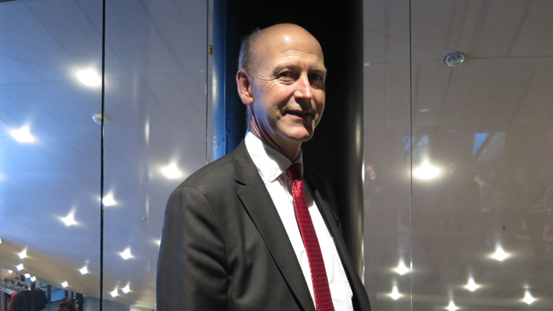 Anders Boman har kostym och en röd slips.