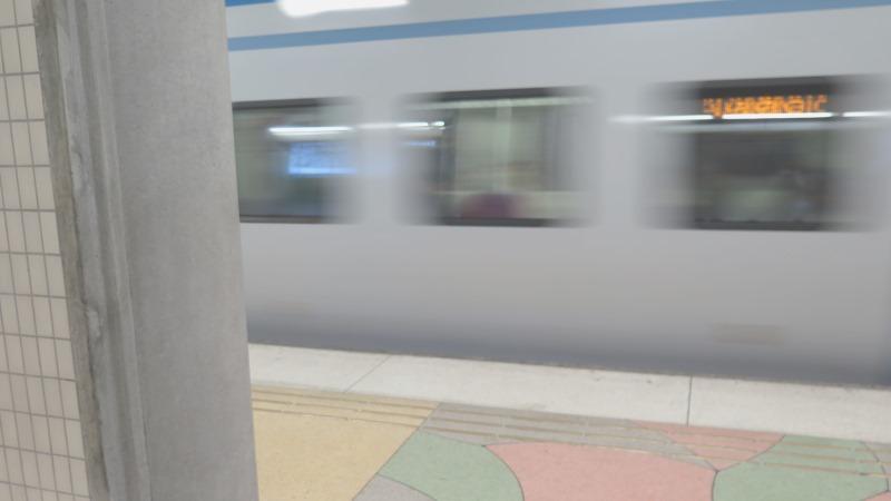 Bild på tåg som passerar perrong i hög hastighet.