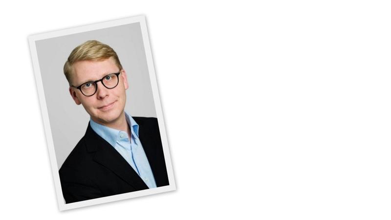 Kristoffer Tamsons har svarta glasögon och kort, blondt hår.