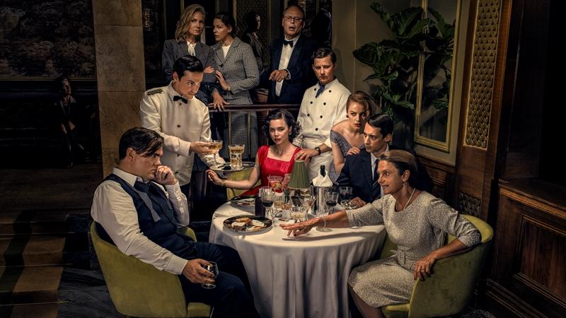 """Familjen Löwander från SVT:s """"Vår tid är nu"""" är samlad runt julbordet. Alla ser mer eller mindre upprörda ut."""