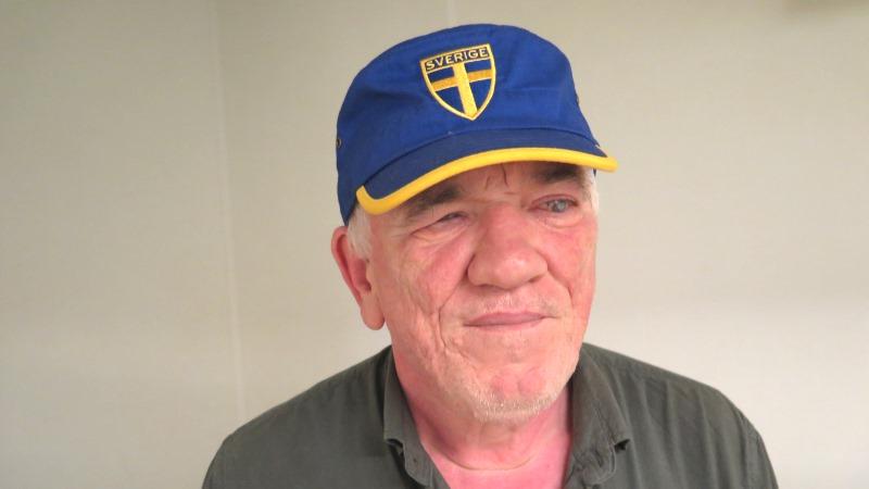 Vehbia Peksin i blå keps med svenska flaggan.