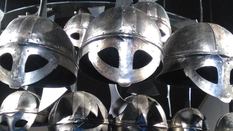 Vikingahjälmar i glänsande metall