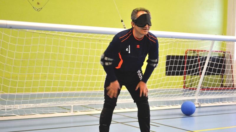 Goalballspelare i försvarsposition.