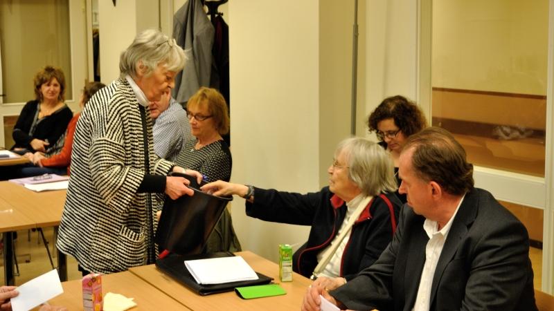 Insamling av röster efter sluten omröstning i Gotlandssalen