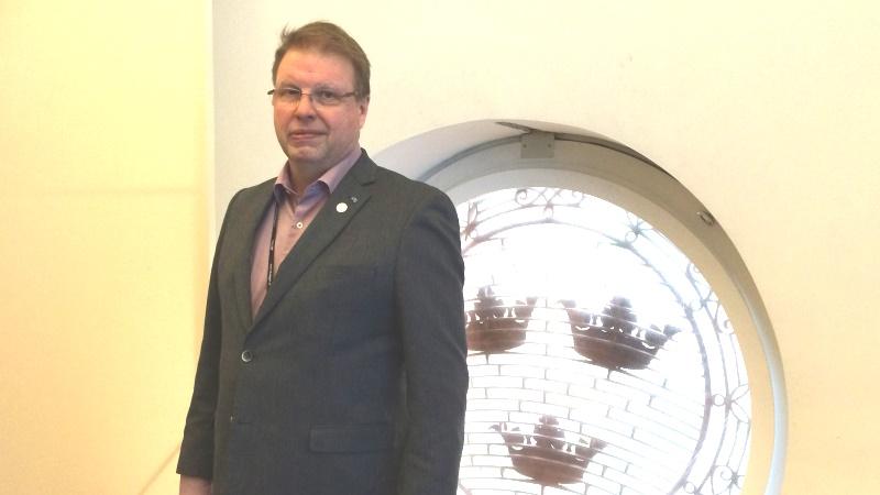Bengt Eliasson har brunt hår och glasögon