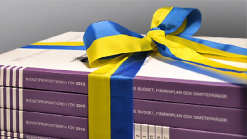 Böckerna med budgeten inslagna i blågula band