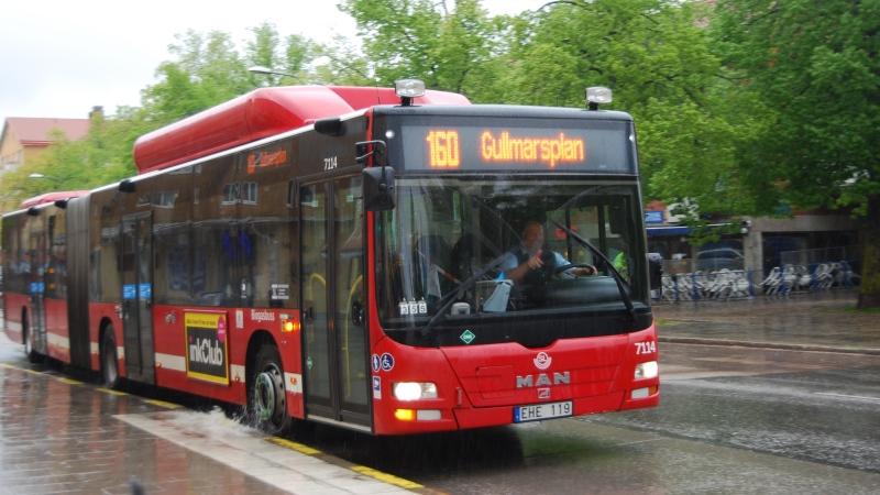 Buss som kommer körande.