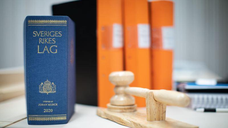 Rygg Sveriges lagbok, pärmryggar, domstolsklubba. Foto: Carl Johan Erikson
